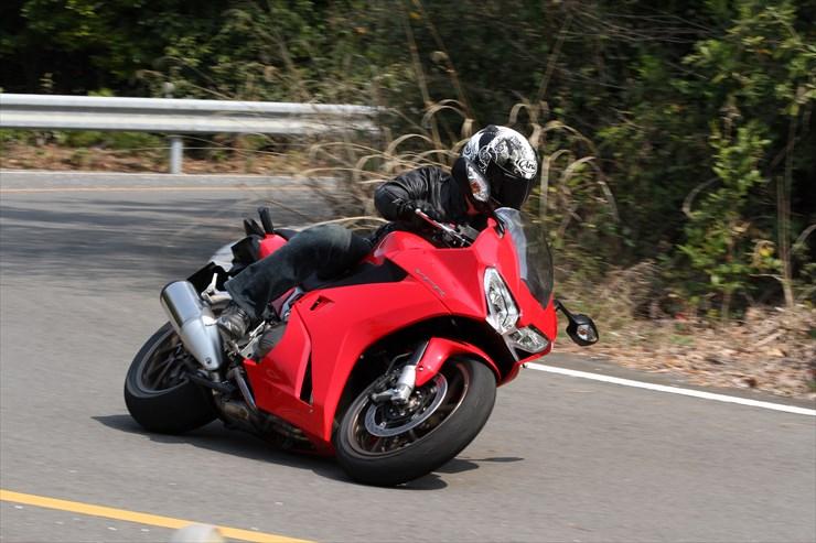 バイクのステップの位置を変えると運転の疲れが取れるって本当?!のサムネイル画像