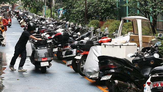 バイクでも駐禁を切られるこのご時世。パーキングの存在は重要です!のサムネイル画像